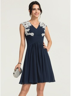 A-Line/Princess V-neck Knee-Length Chiffon Cocktail Dress With Appliques Lace