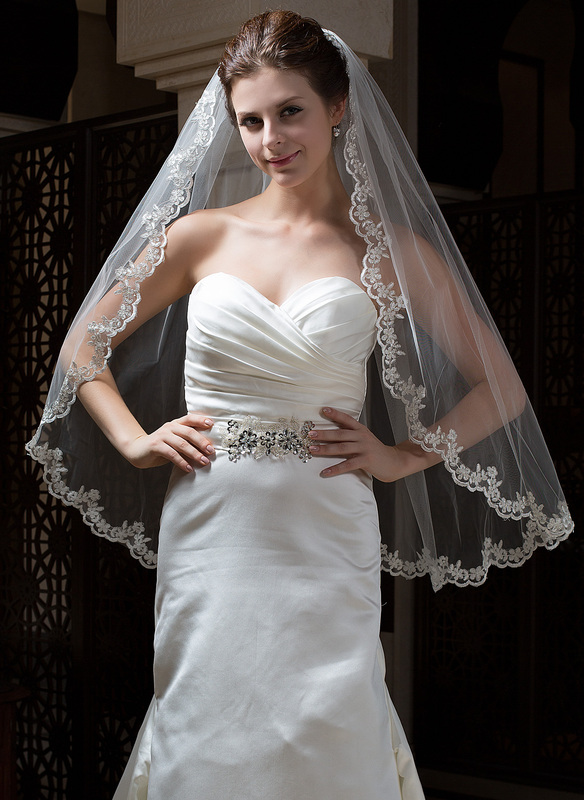 One-tier Lace Applique Edge Fingertip Bridal Veils With Applique/Beading