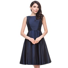 A-Line/Princess Scoop Neck Knee-Length Taffeta Bridesmaid Dress With Bow(s)