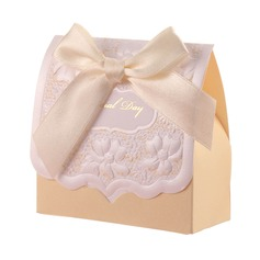 Beautiful Pyramid Favor Boxes With Ribbons
