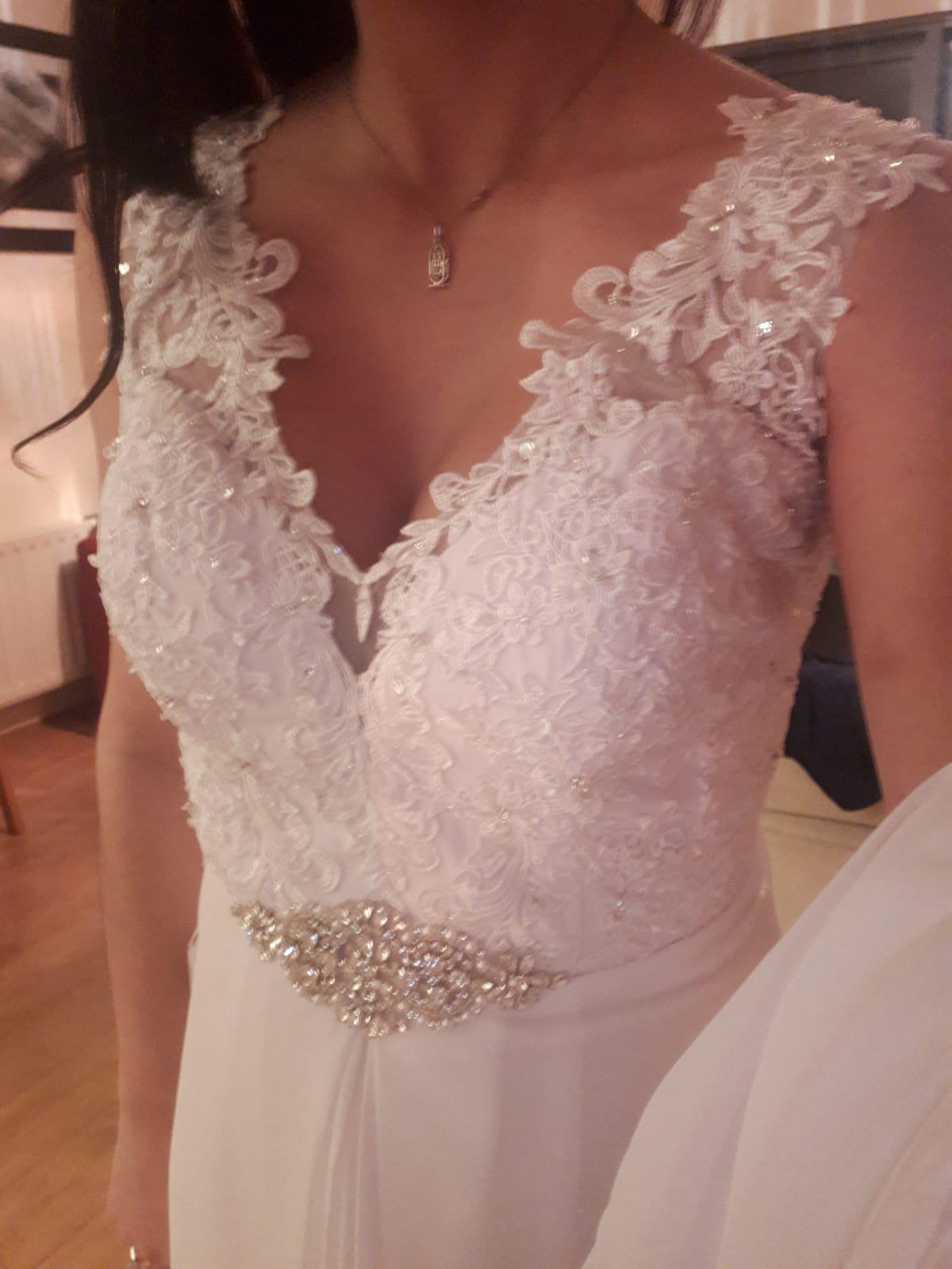 Coupe Évasée Col V Traîne moyenne Mousseline Robe de mariée avec Brodé Paillettes (002118435)